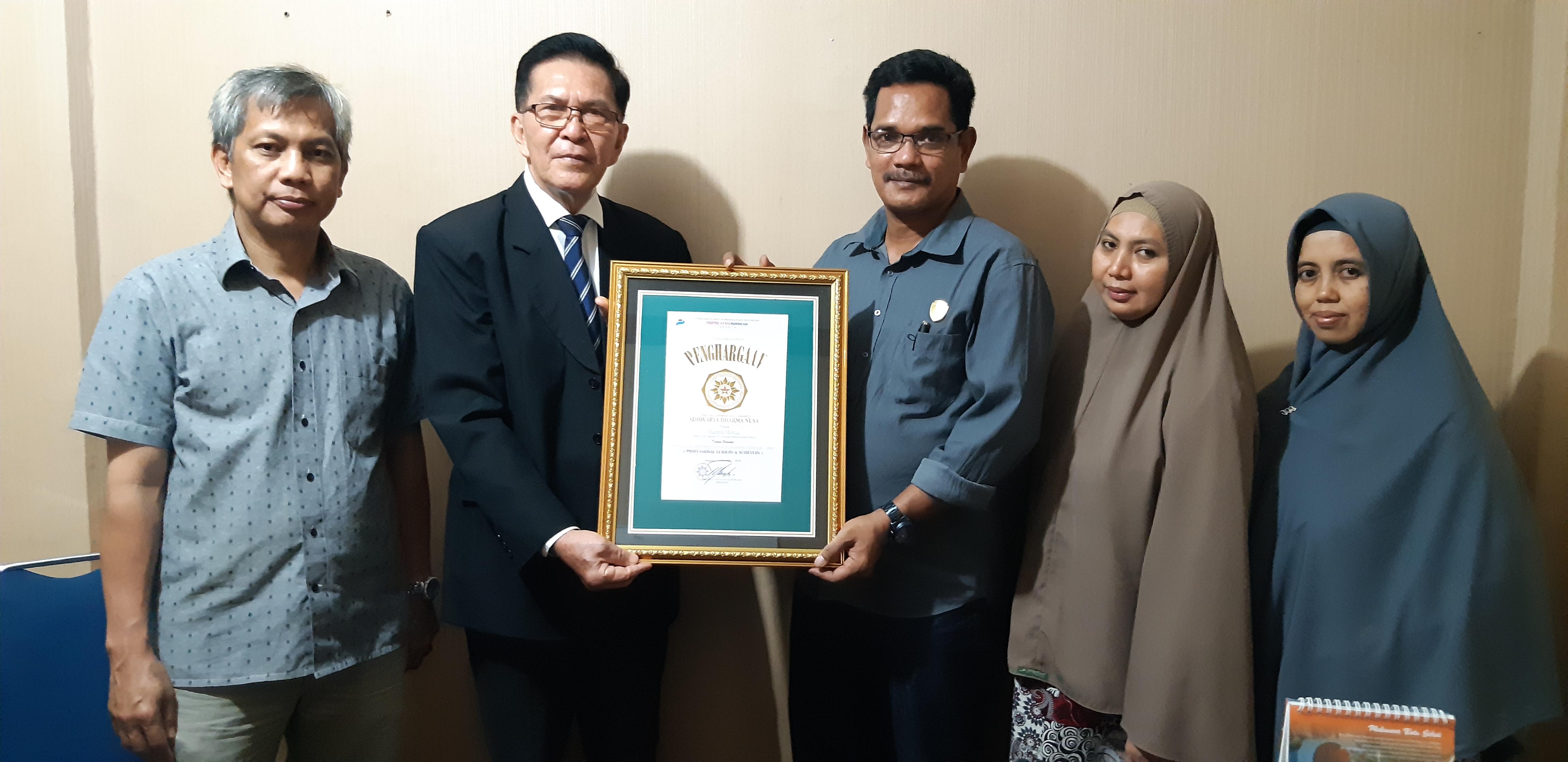 Dirum PD Pasar Makassar Raya Menerima Penghargaan Adhikarya Dharma Nusa
