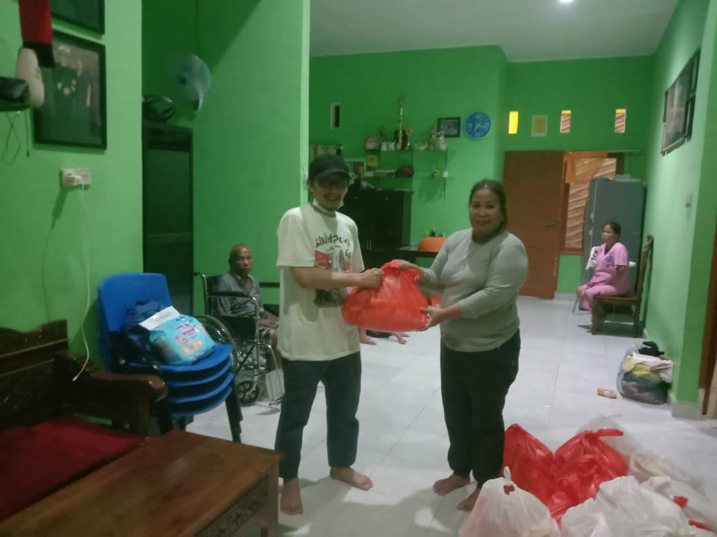 Bantuan Dinas Sosial Tak Kunjung Datang, Warga PSR Berbondong-bondong Bantu Tetangga